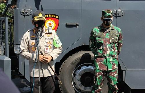 PIMPIN: Kapolresta Malang Kota Kombes Pol Dr Leonardus saat pimpin kegiatan penyemprotan disinfektan di jalan raya.