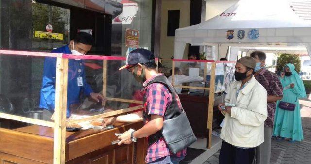 LOKET TAMBAHAN: Para wajib pajak kendaraan bermotor sangat terbantukan dengan adanya loket tambahan yang disediakan KB Samsat Karangploso.