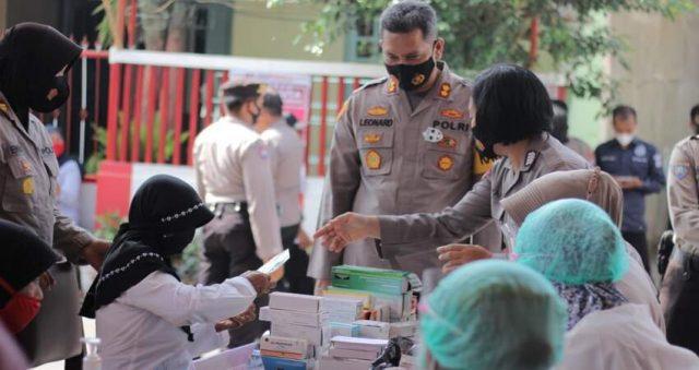Kapolres Blitar Kota AKBP Leonard M Sinambela memimpin langsung kegiatan bakti sosial pengobatan gratis.
