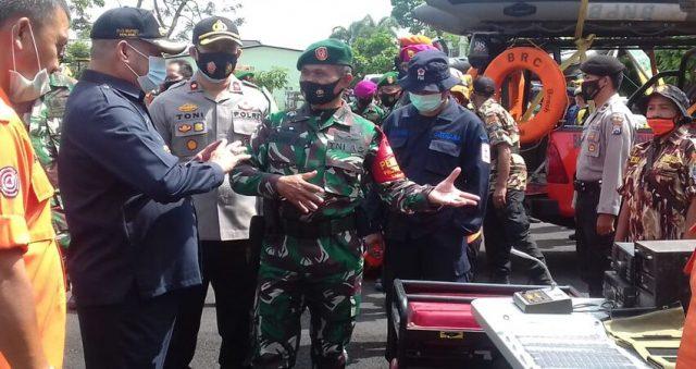 PERIKSA PASUKAN: Pjs Bupati Malang Sjaichul didampingi Kasdim 0818 Mayor Inf Teguh Prastowo saat melaksanakan pemeriksaan pasukan dan logistik.