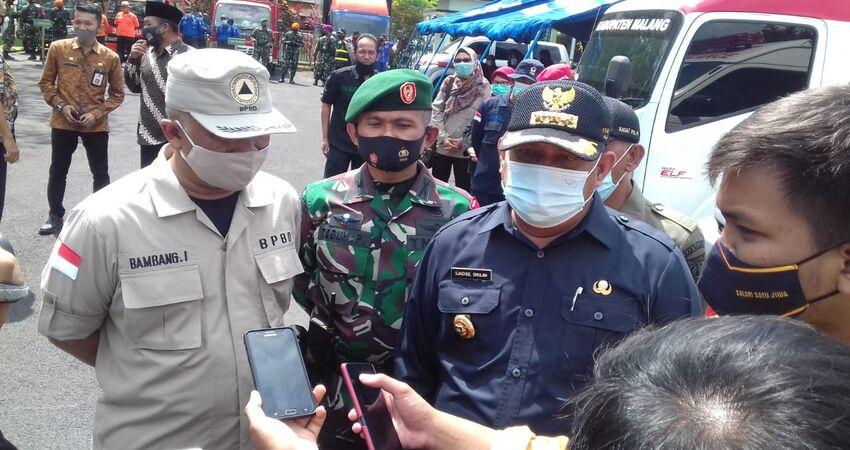 KETERANGAN: Pjs Bupati Malang Sjaichul saat memberikan keterangan pers.