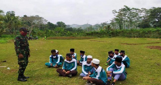 WASBANG: Sersan Satu Kusdarianto Babinsa Desa Kalipare saat memberikan materi Wasbang ke siswa SMK Shifa Kalipare.