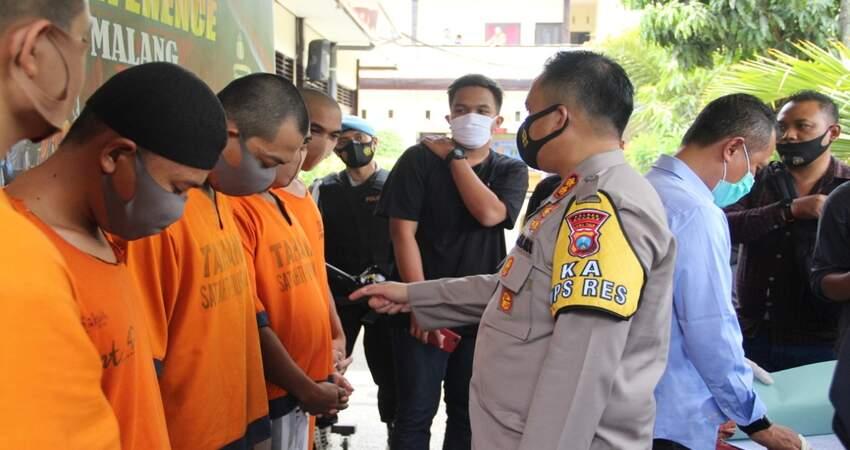 KETERANGAN: Kapolres Malang AKBP Hendri saat meminta keterangan dari para tersangka kasus narkoba jenis ganja.