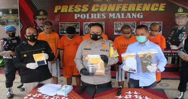 PRESS RELEASE: Kapolres Malang AKBP Hendri saat press release kasus narkoba jenis ganja dengan lima tersangka beserta barang bukti.