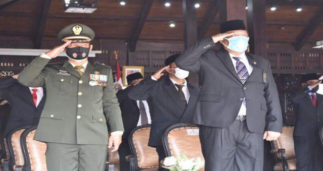 UPACARA: Mayor Arh Joko Istianto saat melaksanakan upacara peringatan Hari Pahlawan 10 November bersama Forpimda Kabupaten Malang.
