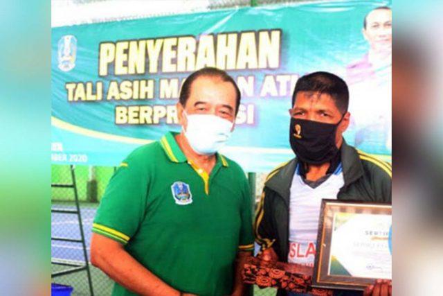 PENGHARGAAN: Ketua Umum KONI Jatim Erlangga Satriagung (kiri) serahkan penghargaan kepada 10 mantan atlet - Ketua Umum KONI Jatim Serahkan Penghargaan Kepada 10 Mantan Atlet