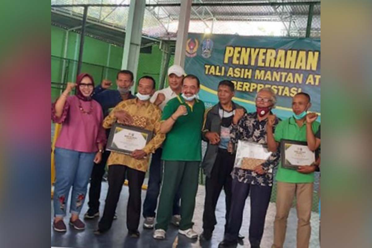 Ketua Umum KONI Jatim Serahkan Penghargaan Kepada 10 Mantan Atlet