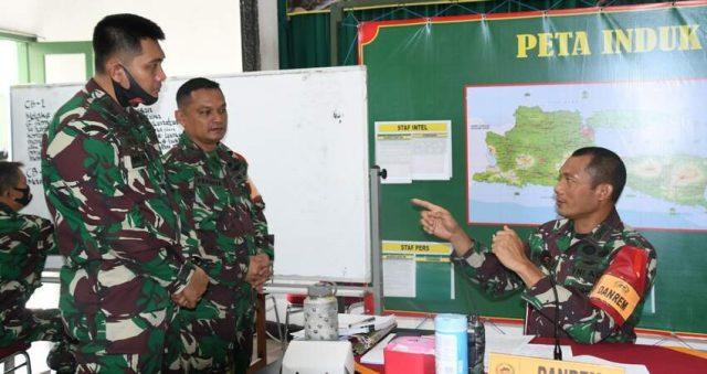 ARAHAN: Danrem 083/Bdj Kol Inf Irwan Subekti saat memberikan pengarahan kepada perwira yang ikut tergabung dalam pelatihan Gladi Posko 1 Korem 083/Bdj.