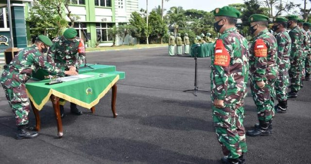 SERTIJAB: Dandim 0818 Letkol Inf Yusuf Dody Sandra saat menandatangani serah terima jabatan Kasdim 0818 yang kini dijabat Mayor Arh Joko Istianto.