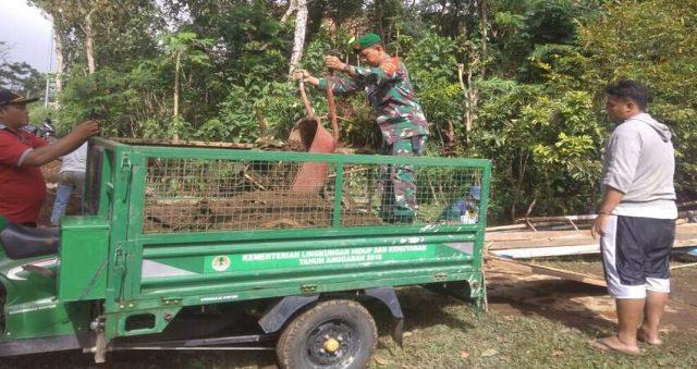 KARBAK: Babinsa Koramil 0818/30 Tirtoyudo Serda Agus Prichandra saat melaksanakan Karbak penimbunan jalan makadam yang berlubang.