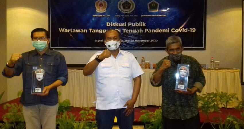 FOTO BERSAMA:Katua PWI Malang Raya M Ariful Huda bersama narasumber dalam kegiatan diskusi publik wartawan tangguh di nasa pandemi Covid-19.