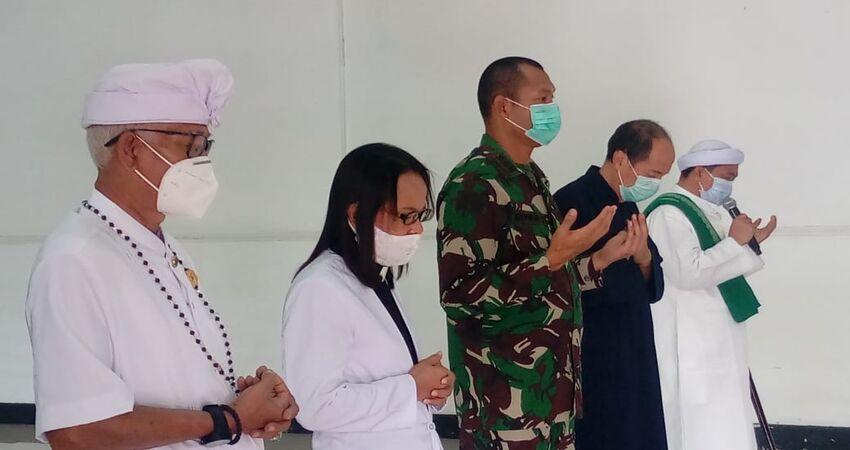 DOA BERSAMA: Bersama tokoh lintas agama acara doa bersama dikemas secara sederhana.