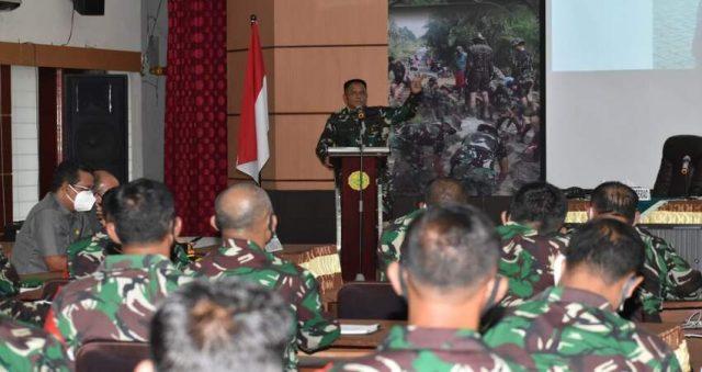 ARAHAN: Danpusterad Mayjen TNI Wisnoe PB saat memberikan arahan seputar penanganan Covid-19, pemulihan ekonomi dan mensukseskan pilkada Kabupaten Malang.