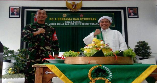 PERINGATI: Danrem 083/Bdj bersama tokoh agama menggelar tumpengan dan doa bersama dalam rangka peringatan Hari Juang Kartika TNI-AD dan HUT Kodam V/Brawijaya.