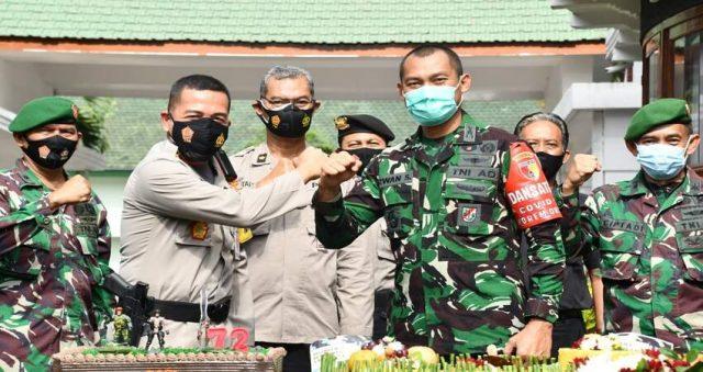 SINERGITAS: Kapolresta Malang Kota Kombes Pol Dr Leo Simarmata saat menunjukkan salam komando dengan Danrem 083/Bdj Kol Inf Irwan Subekti.