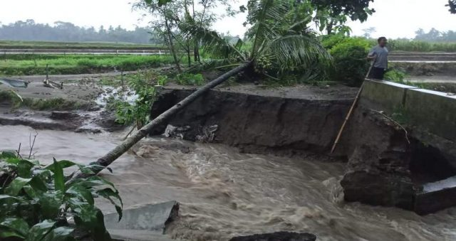 Akibat diterjang banjir, jembatan yang menghubungkan Desa Butun dan Desa Ngaringan Kecamatan Gandusari jebol.