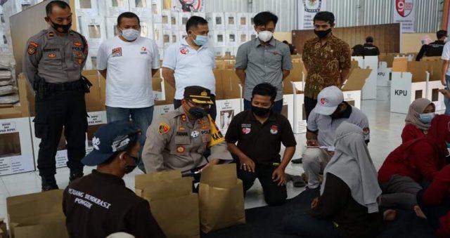 Kapolres Blitar AKBP Ahmad Fanani Eko Prasetya memimpin langsung pengecekan surat suara pemilihan bupati Blitar 2020 di gudang logistik KPU.