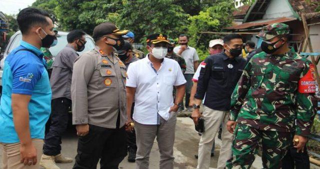 KUNJUNGI: Kapolres Malang AKBP Hendri saat mengunjungi TPS bersama Forpimda Kabupaten Malang.