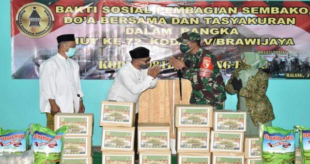SEMBAKO: Dandim 0818 Letkol Inf Yusub secara simbolis memberikan bantuan sembako kepada masyarakat kurang mampu.