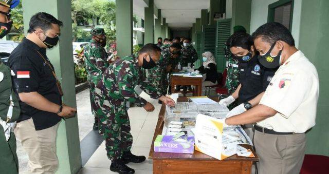 TES URINE: Beberapa prajurit dan ASN Korem 083/Bdj saat menjalani tes urine.
