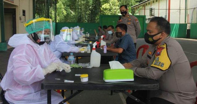 RAPID TEST: Kapolres Malang AKBP Hendri Umar S.I.K., M.H. saat menjalani rapid test.