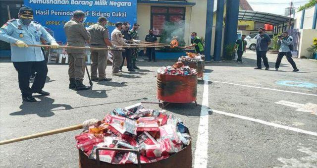 Kantor Bea Cukai Pabean C Blitar memusnahkan ratusan ribu rokok ilegal.