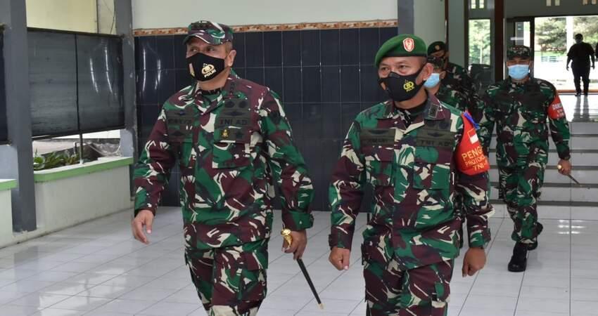 SAMBUT: Danpusterad Mayjen TNI Wisnoe PB saat disambut anggota TNI AD wilayah Malang.