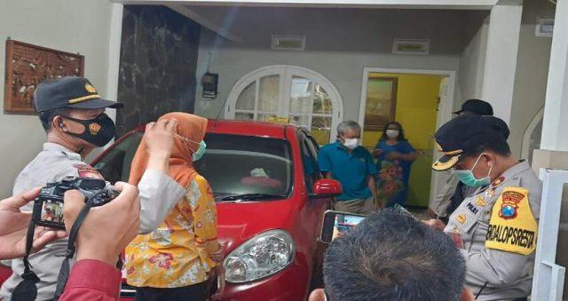 PENJEMPUTAN:Tim Covid Hunter Polresta Malang Kota saat membawa salah satu pasien Covid-19 isolasi mandiri di rumah ke rumah Isolasi Pemkot Malang (Safe House).