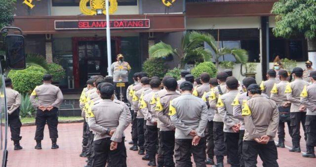 POLRES MALANG: Kapolres Malang, AKBP. Hendri Umar, S.I.K., M.H., memberikan arahan dihadapan pasukan BKO sebelum kembali ke kesatuannya masing-masing.