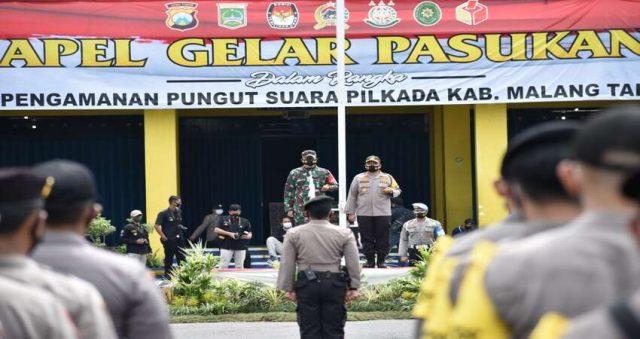 PIMPIN: Dandim 0818 Letkol Inf Yusub bersama Kapolres Malang AKBP Hendri saat pimpin apel pasukan persiapan pengamanan Pilkada Kabupaten Malang.