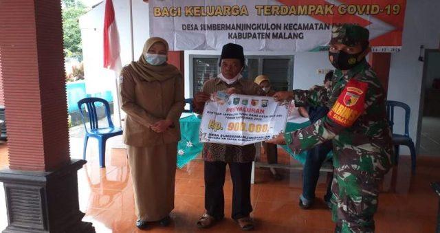 MONITORING: Babinsa Koramil 0818/11 Pagak saat monitoring penyaluran Dana BLT ke masyarakat terdampak Covid-19.