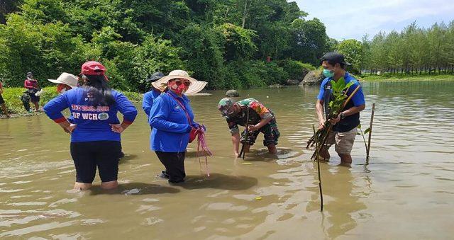 PENGHIJAUAN: Koptu Gatot bersama pemuda Pujiharjo dan tiga pilar nampak semangat dalam menanam bibit mangrove.