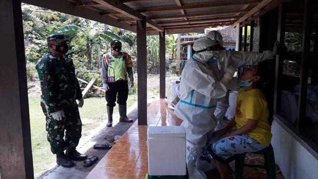 Babinsa Koramil 081812 Bantur Dampingi Tim Tracing Contact Saat Swab Warga Binaan