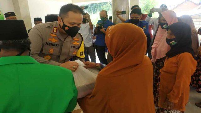 Kapolres Malang bersama PAC Ansor Pagelaran Bagikan 224 Paket Sembako untuk Kaum Duafa