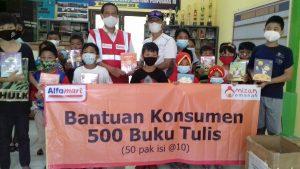 Alfamart Salurkan 500 Paket Buku Tulis di Kampung Sinau Kota Malang