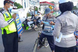 Satlantas Polres Malang Sosialisasikan Perpanjangan PPKM Darurat kepada Masyarakat Pengendara