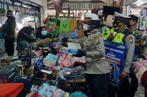 Satlantas Polres Malang Blusukan ke Pasar Sambil Sosialisasi Prokes Covid-19