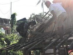 Satgas TMMD ke-112 Diuji Nyalinya Naik Atap Rumah Warga Rapuh