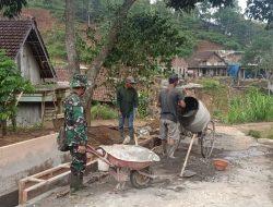 Satgas TMMD ke-112 Bahu Membahu Ngecor Jalan dengan Warga Desa Tulungrejo