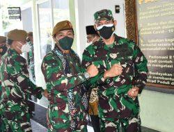 Danrem 083/Bdj Dampingi Danpussenarmed Kodiklatad Saat Kunjungi Resimen Armed 2/PY/2 Kostrad