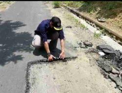 Baru Selesai Dikerjakan, Aspal Jalan Desa Karang Kedawung Bisa Dikupas dengan Tangan