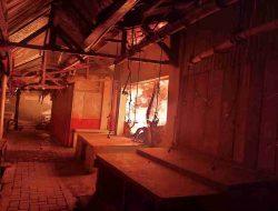 Puluhan Kios Pasar Daerah Kelas 1 Kalibaru Ludes Terbakar
